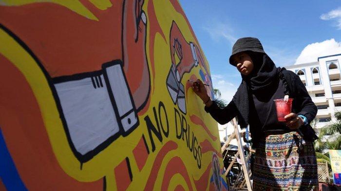 FOTO; Peringati Hari Anti Narkoba, Himasera Unismuh Gelar Aksi Mural - himasera-membuat-karya-mural-bertemakan-anti-narkoba-di-kampus-unismuh-3.jpg