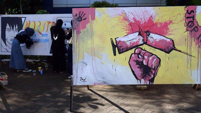 FOTO; Peringati Hari Anti Narkoba, Himasera Unismuh Gelar Aksi Mural - himasera-membuat-karya-mural-bertemakan-anti-narkoba-di-kampus-unismuh-5.jpg