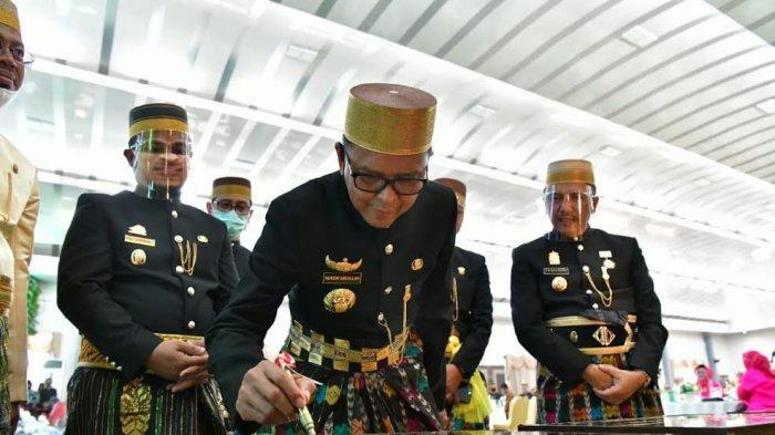 HUT Ke-61 Maros, Gubernur Serahkan Bantuan Keuangan Daerah Rp 25 Miliar