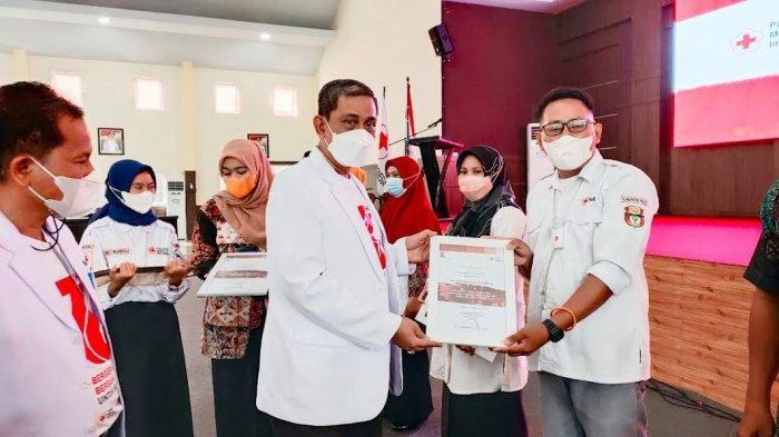 Donor Darah Minimal 10 Kali, Relawan PMI Wajo Dapat Penghargaan dari Amran Mahmud