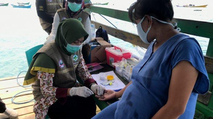 Ibu hamil yang memeriksakan kesehatannya dalam kegiatan Perahu Sehat Pulau Bahagia yang dilakukan Puskesmas Sabutung