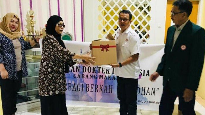 IDI Makassar Bagi Bingkisan untuk Kaum Dhuafa