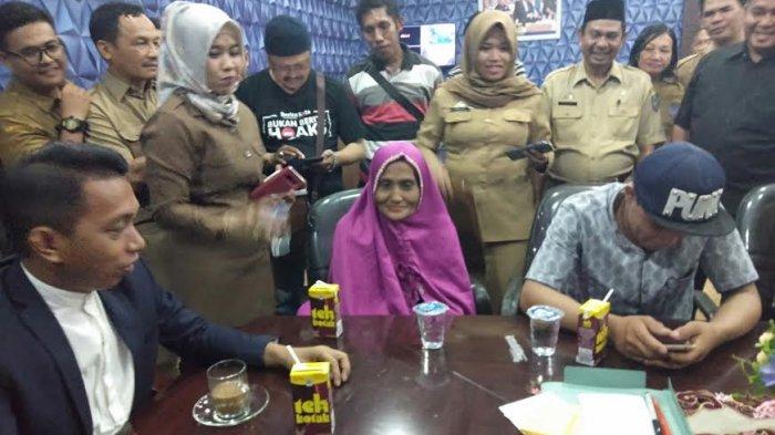 Janda 65 Tahun yang Baru Dinikahi Brondong 20 Tahun di Sidrap Jadi Bintang Tamu Televisi Lokal - idris-bersama-istrinya-inade_20181029_143346.jpg