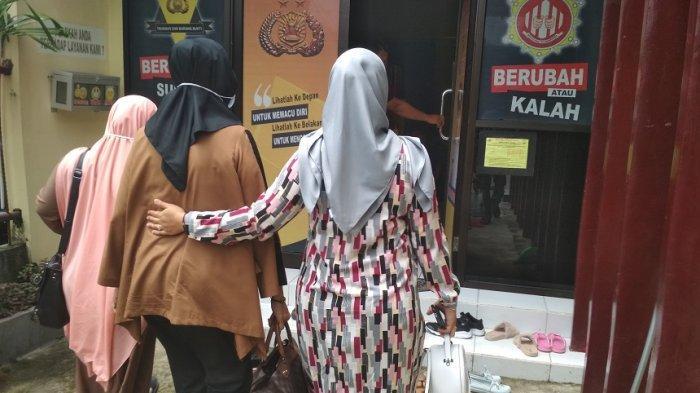Tersangka Pembunuhan Siti Zulaeha Dikunjungi Istri! Diwarnai Tangis, Wahyu Jayadi Ultah di Tahanan