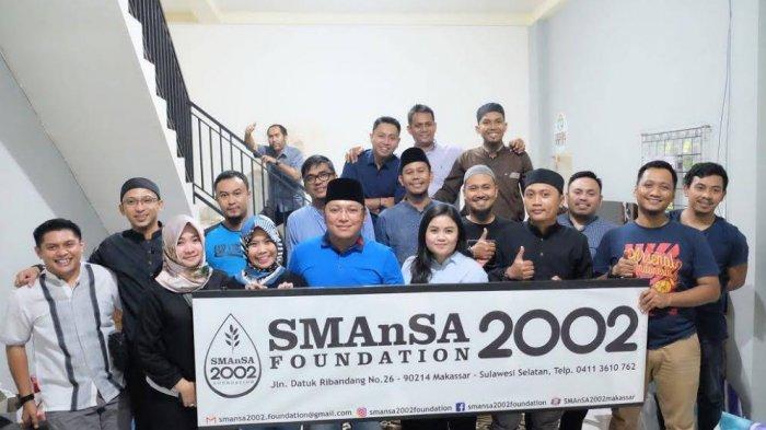 IKA Smansa Makassar Angkatan 2002 Bagikan 300 Paket Sembako