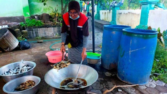 Tim Reaksi Cepat Ikatek Unhas dan Berbagi Bersama mengaktifasi Dapur Umum untuk korban Banjir NTT di Desa Waiburak dan kelurahan Waiwerang Kota Kecamatan Adonara Timur, Flores, Nusa Tenggara Timur, Kamis (8/4/2021).
