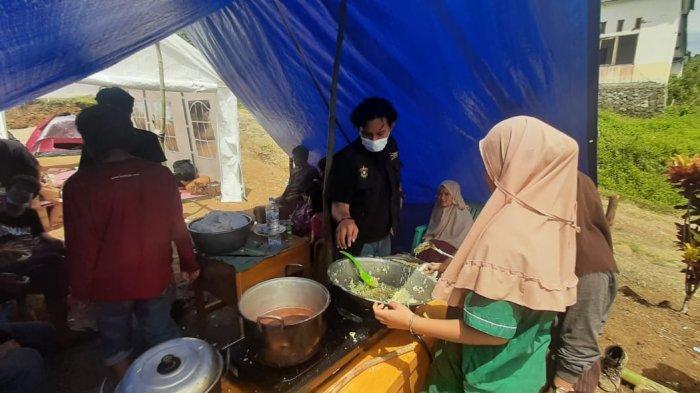 Ikatek Unhas menyuplai kebutuhan dapur umum di Desa Kabiraan, Kecamatan Ulumanda, Kabupaten Majene, Jumat (22/1/2021).