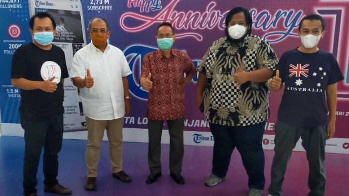 Ilham Arief Sirajuddin berfoto bersama Wakil Pemimpin Redaksi Tribun Timur Ronald Ngantung (tengah) dan Manajer Online Tribun Timur Mansur (kiri)