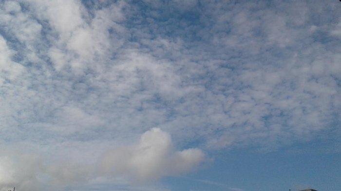 Penyebab Awan di Langit Terlihat Bergerak