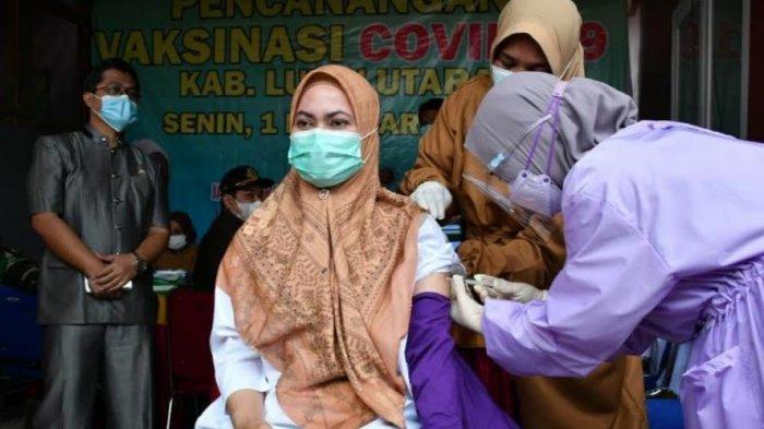 Bupati Indah Putri Indriani Jadi Orang Pertama di Luwu Utara Disuntik Vaksin