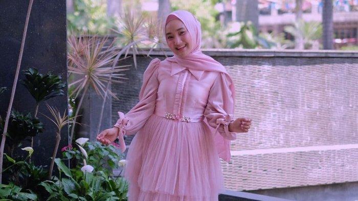 Trend Baju Lebaran 2021? Intip 5 Gaya Fatin Shidqia Pakai Pink, dari Gamis Hingga Padanan Celana