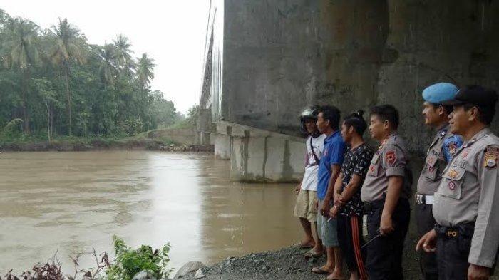 Antisipasi Banjir, Ini Dilakukan Kapolsek Tanete Rilau Barru