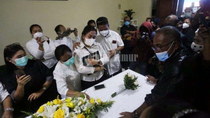FOTO: Kedatangan Jenazah Ricko Maluhette Disambut Isak Tangis dan Doa - isak-tangis-keluarga-prosesi-doa-pada-kedatangan-jenazah-ricko-maluhette-2.jpg