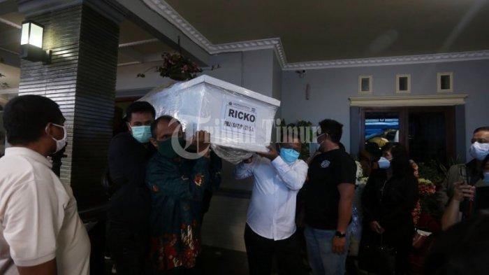 FOTO: Kedatangan Jenazah Ricko Maluhette Disambut Isak Tangis dan Doa - isak-tangis-keluarga-prosesi-doa-pada-kedatangan-jenazah-ricko-maluhette-3.jpg