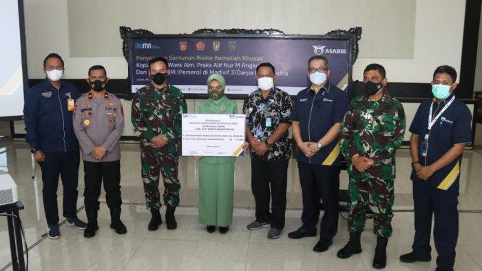 Istri Almarhum Praka Alif Nur M Angkotasan, menerima santunan risiko kematian khusus dari PT Asuransi Sosial dan Pembayaran Pensiunan Khusus, untuk prajurit TNI dan Polri atau Asabri.