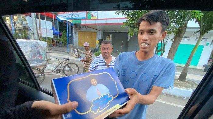 Manfaatkan Hari Terakhir Ramadan, Amirul Yamin Ramadhansyah Bagikan 1.800 Sarung di Makassar