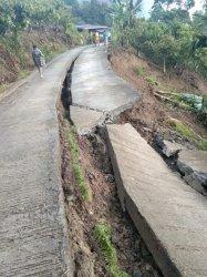 Longsor, Jalan Poros Desa Mesakada Pinrang Terbelah 100 Meter dan Tiang Listrik Tumbang