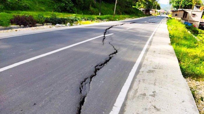 Hati-hati Melintas! Jalan Poros Rantepao-Sa'dan di Pangli Toraja Utara Retak
