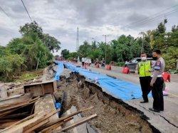 Sudah Ditinjau Basmin Mattayang, Jalan Amblas di Desa Sungai Paremang Luwu Belum Diperbaiki