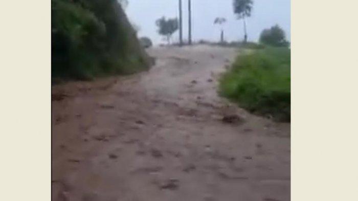 Hujan Deras, Jalan di Latimojong Luwu Berubah Jadi 'Sungai'