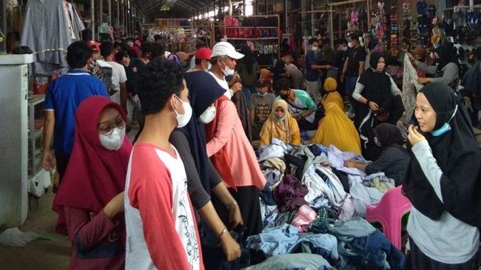 Sepekan Jelang Lebaran, Pasar Sentral Enrekang Disesaki Pengunjung, Lapak Pakaian Cakar Paling Padat