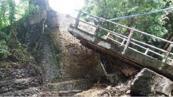 Jembatan Desa Paroto Soppeng Ambruk, Kendaraan Tak Bisa Lewat