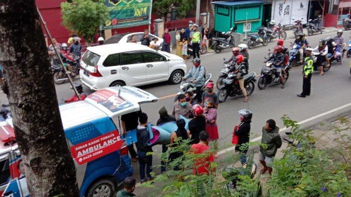 Jenazah gadis FM (17) yang ditemukan tewas gantung diri di depan Kantor Pusat Universitas Kristen Indonesia (UKI) Toraja, Makale, Kabupaten Tana Toraja, Sulawesi Selatan dievakuasi Rabu (4/11/2020) pagi. (TRIBUN-TIMUR.COM/TOMMY PASERU)