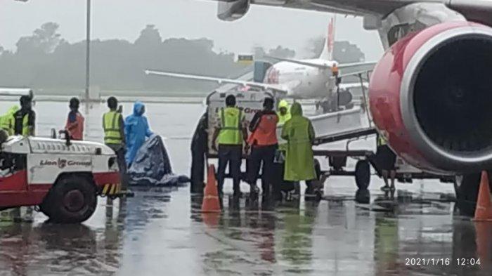 Jenazah Ricko Korban Sriwijaya Air Tiba di Bandara Sultan Hasanuddin, Langsung Dibawa ke Rumah Duka