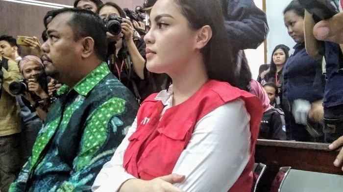Saat menjalani sidang lanjutan kasus narkotika yang digelar di ruang 5 Pengadilan Negeri Jakarta Selatan, Kamis (19/4/2018), Jennifer Dunn terlihat berkali-kali memegangi perutnya.