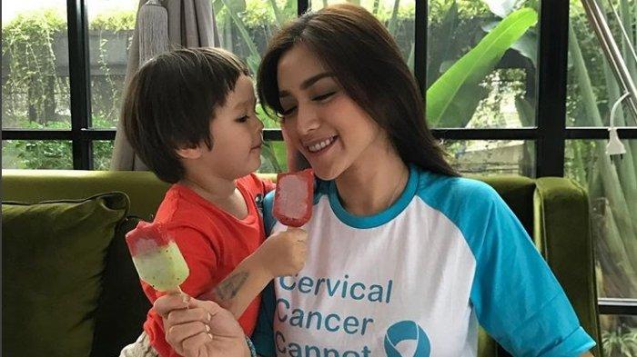 El Barack Setir Mobil di Pangkuan Kekasih Jessica Iskandar, Uang untuk Jukir Jadi Sorotan