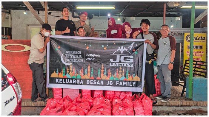 Komunitas Driver Grab JG Family Berbagi 400 Dos Makanan Berbuka Puasa - jgf-2-752921.jpg