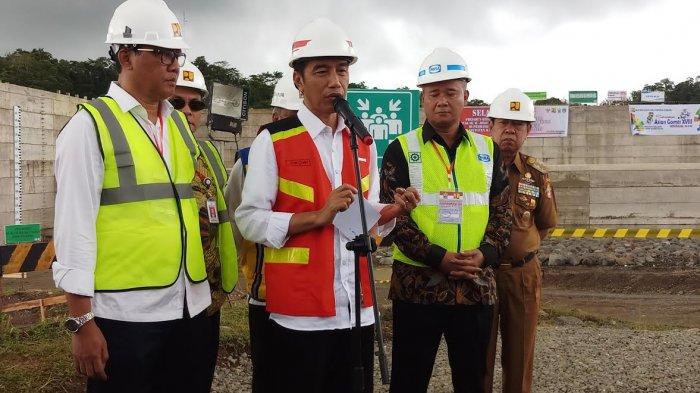 residen RI Joko Widodo (Jokowi) saat memantau proyek Bendungan Paselloreng di Kecamatan Gilireng, Kabupaten Wajo, Sulawesi Selatan, Selasa (3/7/2018).