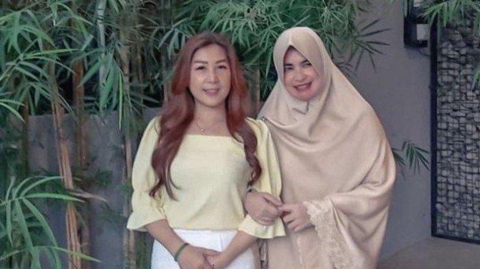 Julie Tan juga sering mengunggah foto bersama besannya Umi Yuni Syahla ibu Alvin Faiz.