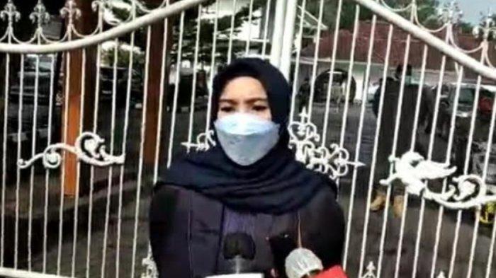 Juru Bicara Gubernur Sulsel Nurdin Abdullah, Veronica Moniaga saat diwancara di depan pintu masuk Gubernuran Sulsel Jl Sungai Tangka Makassar, Sabtu (27/2/2021).