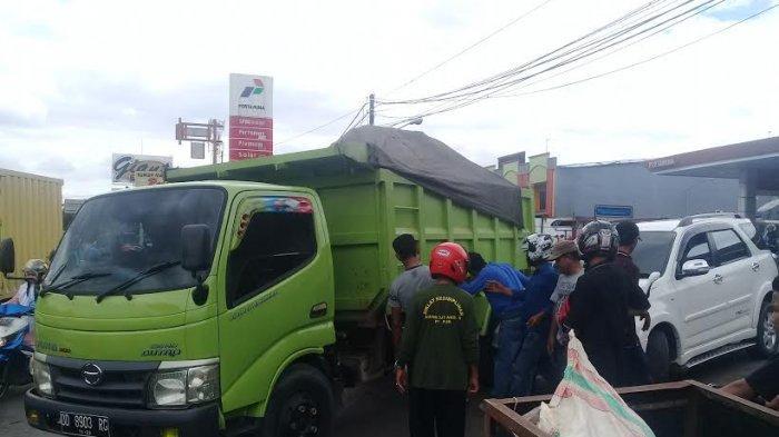 Truk Pengangkut Timbunan Serempet Toyota Rush di Depan SPBU Tamalanrea Makassar