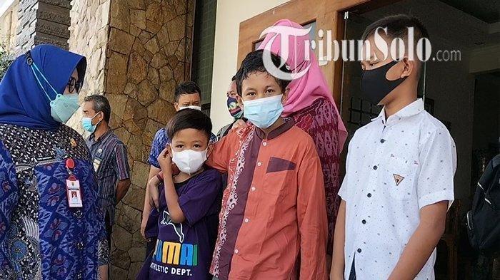 Bupati Sragen Kusdinar Untung Yuni Sukowati saat berbincang dengan sejumlah anak yatim piatu karena kedua orangtuanya meninggal dunia setelah terpapar Covid-19, Selasa (3/8/2021).