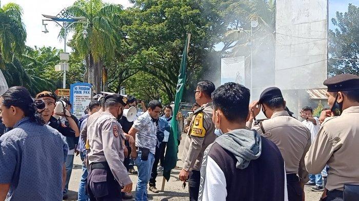 BREAKING NEWS: HMI Manakarra Mamuju Demo Bakar Ban Pasca Kader Ditangkap Kasus Bentrok Unasman