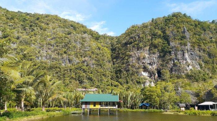 Kampung Berua adalah salah satu destinasi wisata di Rammang-Rammang yang paling sering dikunjungi wisatawan.