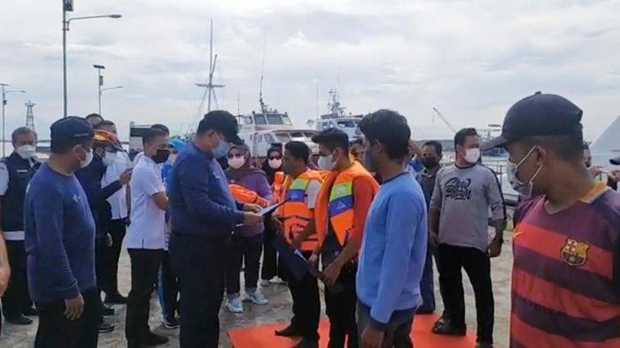 Harhubnas 2021, Kantor Syahbandar Makassar Serahkan Alat Keselamatan Pelayaran di Pelabuhan Paotere