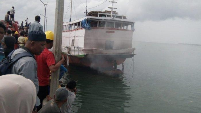 Satu Unit Kapal Dagang Terbakar di Pelabuhan Bungeng Jeneponto