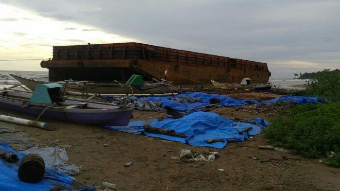 Kapal Tongkang Terdampar di Pantai Tamala'bang Takalar