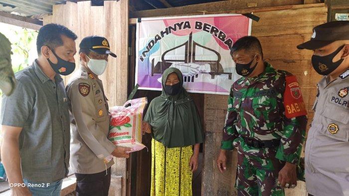 Kapolsek Enrekang Serahkan Bantuan ke Korban Angin Kencang di Buttu Batu