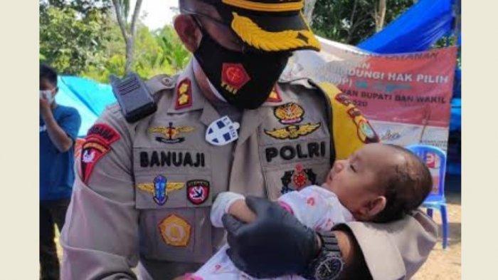 Kapolres Majene Gendong Bayi Pengungsi Gempa Sulbar di Malunda