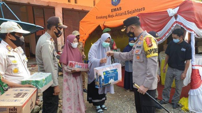 Kapolres Enrekang Bagikan Makanan ke Petugas Posko Perbatasan