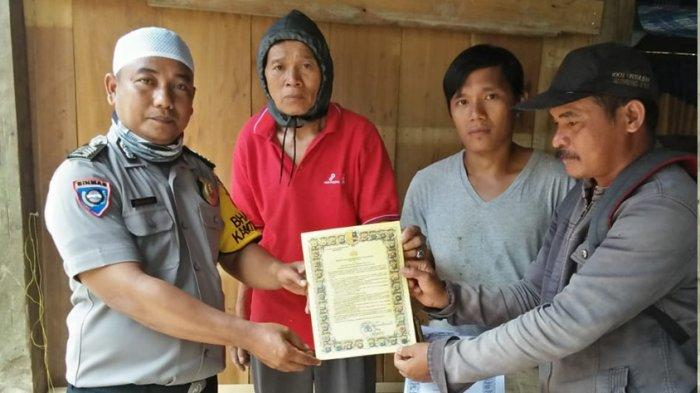 Bhabinkamtibmas Desa Taukong Majene Bagikan Maklumat Kapolri ke Warga