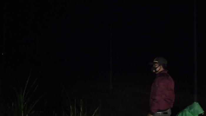 Pantau Debit Air Sungai Saddang, Kapolsek Enrekang Ingatkan Masyarakat Siaga Banjir