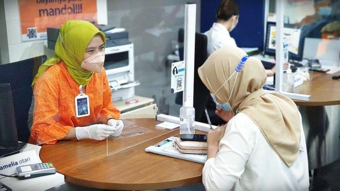 FOTO: Hari Kartini, Staf Bank Mandiri Layani Nasabah Pakai Baju Adat