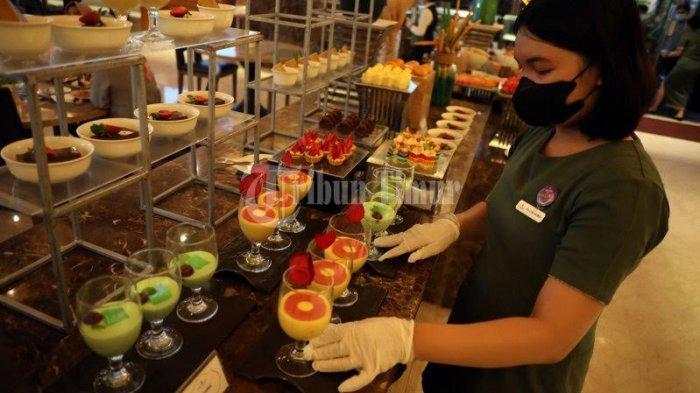 FOTO: Steam Fish Menu Andalan 'All You Can Eat' The Rinra Hotel - karyawan-hotel-memperlihatkan-menu-all-you-can-eat-di-lantai-3-the-rinra-hotel-2.jpg
