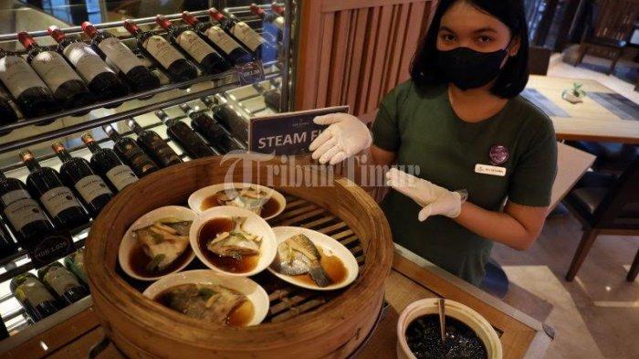 FOTO: Steam Fish Menu Andalan 'All You Can Eat' The Rinra Hotel - karyawan-hotel-memperlihatkan-menu-all-you-can-eat-di-lantai-3-the-rinra-hotel-3.jpg