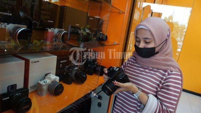 FOTO; Pixel City Buka Cabang di Perintis Kemerdekaan - karyawan-memilih-kamera-yang-dipilih-pelanggan-di-toko-pixel-city-1.jpg